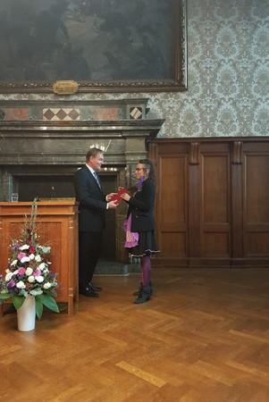 Oberbürgermeister Burkhard Jung überreicht einer jungen Frau eine Urkunde.