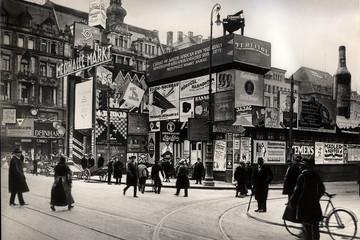 Bild wird vergrößert: Reklameschilder auf dem Leipziger Markt im Jahr 1921