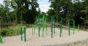 An unterschiedlich großen Metallpfosten angebrachte Seile und Netze zum Klettern und Spielen.