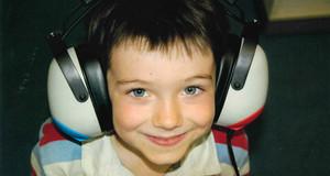 Junge, der große Kopfhörer trägt