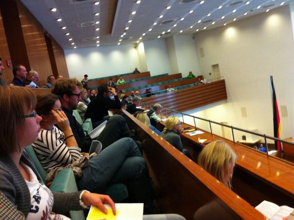 Seitenblick auf den oberen Rang des Plenarsaals. Zu sehen sind zahlreiche jüngere Zuhörer.
