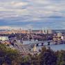 Panoramablick auf Kiew von einer Anhöhe: Fluss und Häuserzeilen