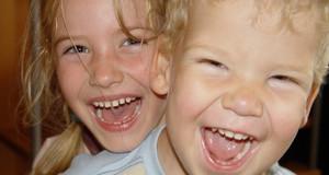 Zwei lachende Kinder.