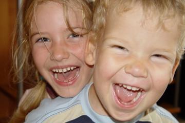 Bild wird vergrößert: Zwei lachende Kinder.
