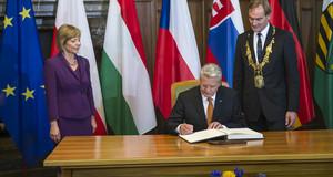 Bundespräsident Joachim Gauck (M.), Lebenspartnerin des Bundespräsidneten Daniela Schadt (l.) und Oberbürgermeister der Stadt Leipzig, Burkhard Jung.