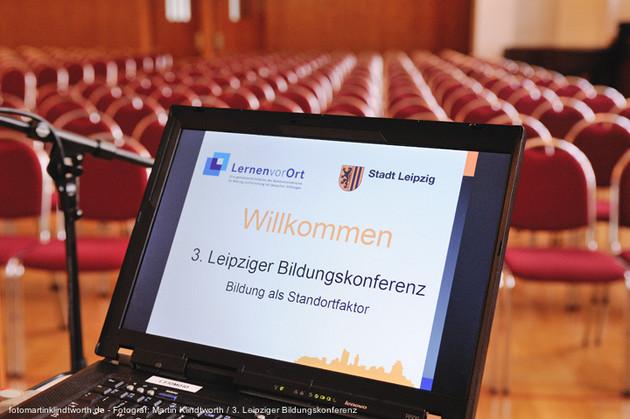 Auf dem Bildschirm eines Laptops ist das Logo der Leipziger Bildungskonferenz zu sehen