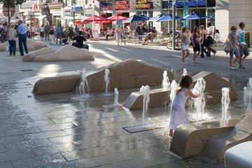 Bild wird vergrößert: Kleines Mädchen spielt mit den Wasserspielen in der Grimmaischen Straße.