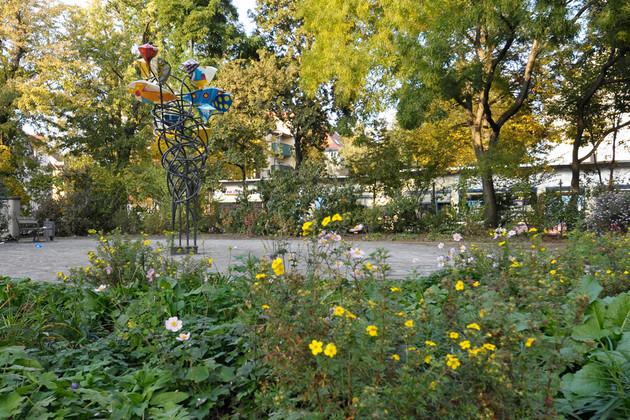 Stöckelplatz mit viel Bewuchs und Bäumen