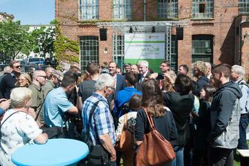 Bild wird vergrößert: Bundesinnenminister Horst Seehofer und Oberbürgermeister Burkhard Jung stehen inmitten einer Gruppe Menschen.