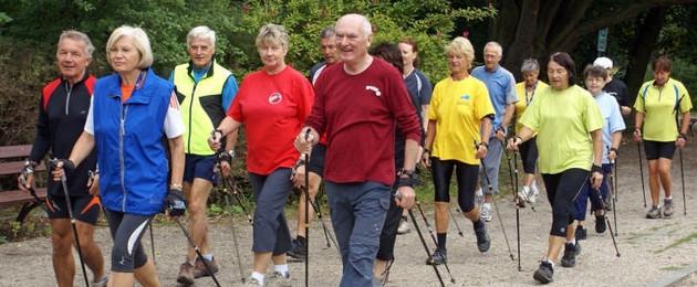 Seniorengruppe beim Walking-Training