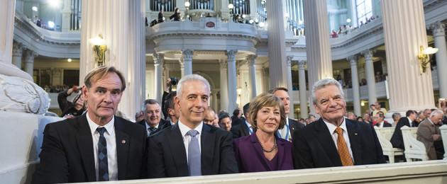 Friedensgebet: Oberbürgermeister Burkhard Jung, Ministerpräsident des Freistaates Sachsen Stanislaw Tillich, Lebenspartnerin des Bundespräsidneten Daniela Schadt, Bundespräsident Joachim Gauck