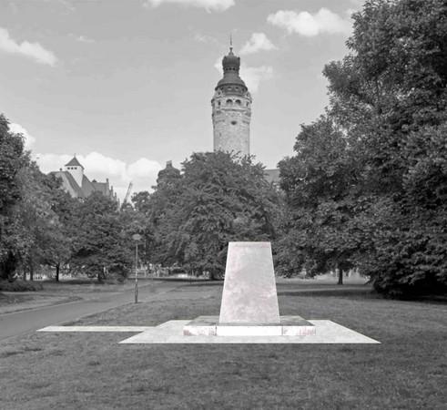 Der Entwurf zeigt eine Stele in Form eines Pyramidenstumpfes ohne Skulptur unweit des Neuen Rathauses.