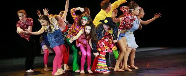 Kinder der Juniorcompany des Leipziger Tanztheaters auf einer Bühne