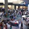 Besucher und Autos während der Internationalen Automobilausstellung in Frankfurt