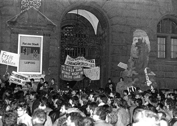 Das Foto zeigt Teilnehmer der Montagsdemonstration vom 30. November 1989 vor dem Leipziger Neuen Rathaus.