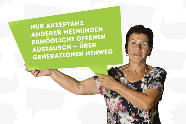 """Eine Frau hat sich mit dem Statement """"Nur Akzeptanz anderer Meinungen ermöglicht offenen Austausch – über Generationen hinweg"""" auf einer grünen Sprechblase fotografieren lassen."""