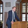 Oberbürgermeister Burkhard Jung steht an einem Rednerpult und begrüßt die Gäste.