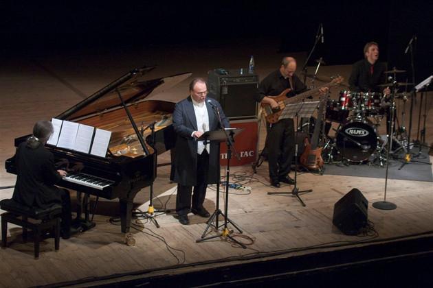 Blick von oben auf die Bühne im Scheinwerferlicht: die Leipziger Musiker am Flügel, Mikrofon, Bassgitarre und Schlagzeug