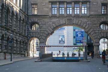 Bild wird vergrößert: Einfahrt zum Parkhaus Burgplatz vor dem Übergang zwischen Neuem Rathaus und Stadthaus und dem Burgplatz