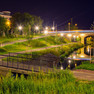 Lindenauer Hafen mit Wasserfläche und zwei Brücken bei Nacht