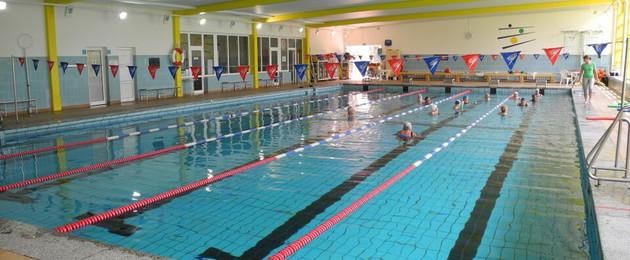 Schwimmbecken in der Schwimmhalle Mitte. Einzelne Schwimmbahnen sind abgesteckt.