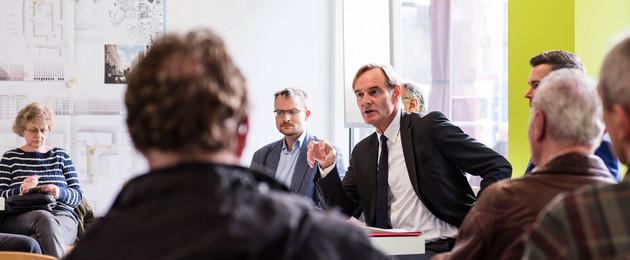 Oberbürgermeister Burkhard Jung im Gespräch mit Bürgerinnen und Bürgern im Stadtbüro