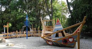 Spielschiff auf dem Spieplatz Auensee