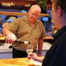 Leipziger Weinfest - Winzer/Verkäufer beim einschänken