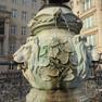 zwei Löwenköpfe auf dem Mägdebrunnen