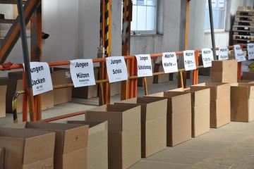 Bild wird vergrößert: beschriftete Kartons stehen in einer Reihe