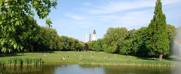 Teich im Johannapark mit Blick auf Neues Rathaus und City-Hochhaus