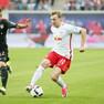Emil Forsberg im Lauf mit dem Ball, eingekesselt von zwei Gegenspielern