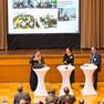Blick auf das Podium: das Moderatorenteam mit Bürgermeisterin Dorothee Dubrau