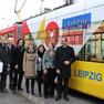 Delegationsreise des Leipziger Oberbürgermeisters nach Brünn: Gruppenfoto vor der Jubiläumsstraßenbahn
