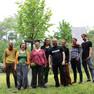 Acht Personen aus Leipzig und Brünn stehen vor einem der Stadt Leipzig gewidmeten Baum in Brünn