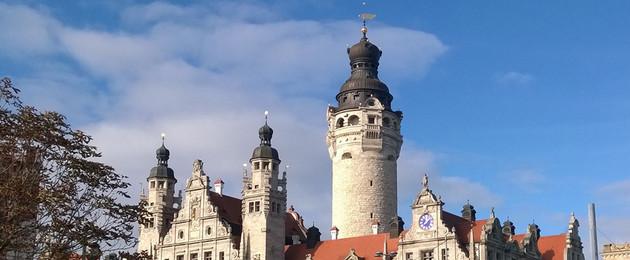 Rathausturm und Türmchen vor blauem Himmel