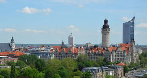 Blick auf Leipzigs Skyline mit Neuem Rathaus und City-Hochhaus
