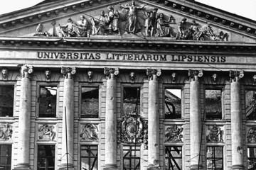 Bild wird vergrößert: Fassade des alten Hauptgebäudes der Universität Leipzig am Augustusplatz, Augusteum, nach Bombenschäden im Zweiten Weltkrieg