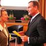 Oberbürgermeister Burkhard Jung im Gespräch mit einer Dame, dabei ein Blatt haltend