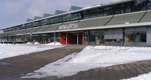Verschneite Vorfläche der ARENA Leipzig im gräumten Wegen zum Westeingang
