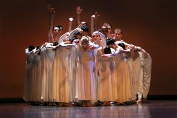 Bild wird vergrößert: Mehrere Tänzer in weißen fließenden Gewänder formieren sich zu einem Kreis