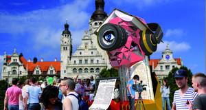 Visualisierung einer überlebensgroßen Skulptur vor dem Neuen Rathaus mit Zuschauern
