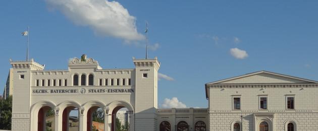 Blick auf Portikus und Nebengebäude des Bayerischen Bahnhofd