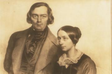 Bild wird vergrößert: sepiafarbene Porträtzeichnung des Ehepaars Clara und Robert Schumann
