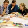 Studententen arbeiten zusammen am Tisch