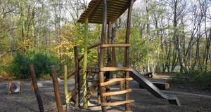 Kletterturm mit Rutsche auf einem Spielplatz