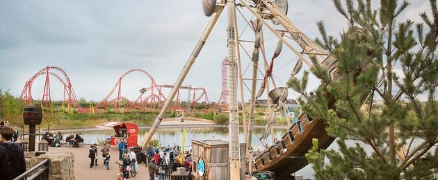 Freizeitpark Belantis mit einer Schiffsschaukel und der Achterbahn Huracan im Hintergrund