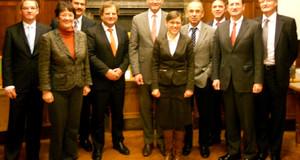Gruppenbild mit den Leitern der größten bildungsrelevanten Institutionen in der Stadt.