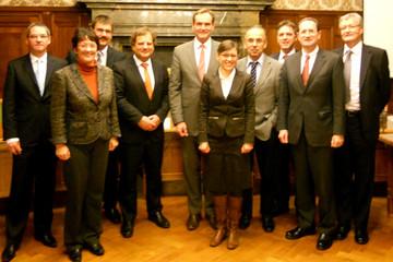 Bild wird vergrößert: Gruppenbild mit den Leitern der größten bildungsrelevanten Institutionen in der Stadt.