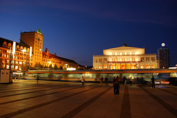 Bild wird vergrößert: Augustusplatz bei Nacht, links Koch-Hochhaus mit Blick auf Opernhaus